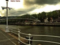Ria de Bilbao (m@®©ãǿ►ðȅtǭǹȁðǿr◄©) Tags: bilbao bilbo vizcaya ria riadebilbao puente puentezubizuri arco arquitectura geometria estructura líneas formas cielo urbanismo valla españa embarcaciones olympusepl1 zuikoed14÷42mmf35÷56 marcovianna marcoviannafotógrafo m®©ãǿ►ðȅtǭǹȁðǿr◄©