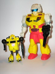 bumblebee transformers generation 1 pretender classics hasbro (tjparkside) Tags: 6 one 1 robot g rifle helmet shell inner bumblebee transformers classics laser g1 series 1989 outer six generation complete autobot loose hasbro pretenders pretender