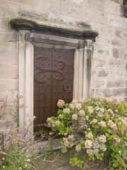 Medieval church door (quinet) Tags: door uk england church britain kirche northumberland angleterre porte churchyard bamburgh glise tr gracedarling grandebretagne grosbritannien