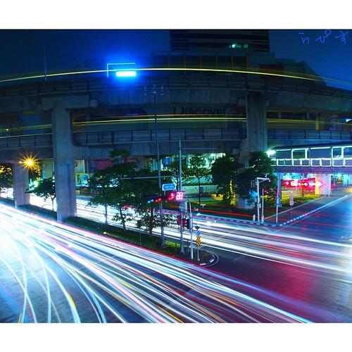 サイアムディスカバリーのビル自体は、真っ黒だけどBTSと車の光跡だけ撮りました。 #nightview #夜景 #siamdiscovery