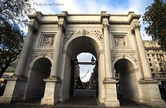 Soaring through the Marble Arch (Voss-Nilsen) Tags: greatbritain travel england urban building london monument by architecture digital canon buildings photography eos photo europa europe flickr arch foto britain arches icon 5d marble arcitecture monuments iconic digitalphoto marblearch arkitektur architectura photograpy bybilder storbrittania digitalfoto byggninger byggning storbritania bybilde turistattraksjon turistattraksjoner digitafoto digitalbilde vossnilsen