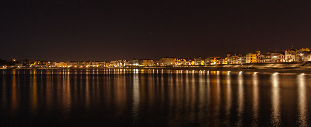 https://www.twin-loc.fr La baie de Saint de Luz de nuit - Saint Jean de Luz by night - Pays Basque Euskadi  Picture Image Photo Photography - Ocean eau Water Waves vagues light beach reflection houses hotel bed and breakfast www.supercar-roadtrip.fr