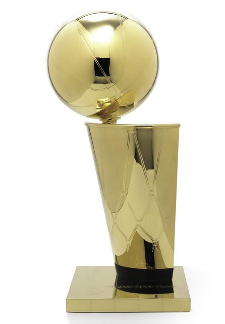 NBA創立於一九四六年,直到一九七七年才由前任總裁歐布萊恩(Larry O'Brian)委託法國知名珠寶公司蒂芬妮(Tiffany) 設計總冠軍獎盃,獎盃以二十四K 金打造,高二十四點五英寸(約六十一公分),重十五磅(約六點八公斤),獎盃也以歐布萊恩為名。