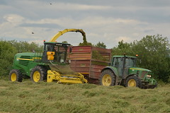 John Deere 7500 SPFH filling a Herron Trailer drawn by a John Deere 6920S Tractor (Shane Casey CK25) Tags: john deere 7500 spfh filling herron trailer drawn 6920s tractor jd green bartlemy 6920 silage silage16 silage2016 grass grass16 grass2016 winter feed fodder county cork ireland irish farm farmer farming agri agriculture contractor field ground soil earth cows cattle work working horse power horsepower hp pull pulling cut cutting crop lifting machine machinery nikon d7100