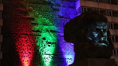 IMG_9371 (Anke Duderstadt) Tags: chemnitz diestadtbinich brckenstrase nischel karlmarxkopf karlmarxmonument landesamtfrsteuernundfinanzen abend evening soir architektur architecture fassade front gebude haus house home maison building bauwerk llumination lumire installation kunst art kultur culture licht light lampen lamps nacht night nuit ffentlich public schrift script criture schriftzug skulptur skulpture bronzeskulptur stadt city ville cit zentrum