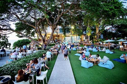 #restaurant #tree #relax #goodview #cliff #chill #hangout #pattaya #chonburi #thailand #fujifilm #fujixm1 #12mmf2 #samyanglens #manualfocus #manuallens