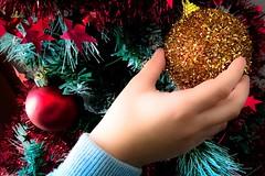 #AM L'esprit de Nol... Spirit of Christmas..  (Isa****) Tags: main enfant dcorations nol boules sapin