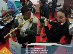 Essai de flûte à l'exposition Flute Spirit
