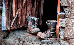 Botas (Tanty.) Tags: botas viejo old antiguo ruina zapato ventana madera adobe barro olvidado recuerdo caminar olvido abandono abandonado forgotten ruin destroyed worn rusty window shoe