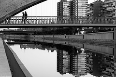 Madrid Río (Sonia Montes) Tags: madrid blackandwhite bw black reflection byn blancoynegro río canon puente edificios ciudad bn reflejos