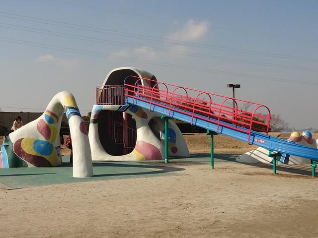 ひろ~い広場には、もう1つ滑り台の遊具があります。|おかざき世界子ども美術博物館