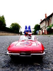 Corvette ménagée. (AGUILA81) Tags: toys toy jouet figurine marvel maisto kidrobot labbit kozik captain america red car 118 road corvette chevrolet blue avengers
