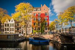 Autumn in the city (JdJ Photography (www.jdj-photography.nl)) Tags: achtergracht amsterdamcentrum binnenstad innercity amsterdam mokum stad city grootamsterdam agglomeratie noordholland northholland provincie province nederland netherlands land country benelux europa europe continent dag day overdag daytime middag afternoon zon sun zonnig sunny zonlicht sunlight appartementen apartments woonboot houseboat wonen living boot boat schip ship bomen trees struik bush klimop ivy herfst autumn fall fietsen bicycles