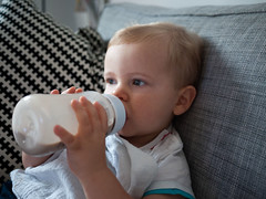 Biberon (Dahrth) Tags: gf1 gf120 panasoniclumixgf1 lumixmicroquatretiers lumix43 micro43 microfourthirds raw bb baby babybottle cute mignon enfant portrait blond
