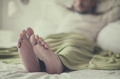 Domingueando (Graella) Tags: winter invierno manta pies peus feet portrait retrato retrat people gente hombre home hogar bedroom descansar relax