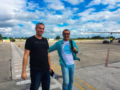 Met an old friend at the airport (lezumbalaberenjena) Tags: cuba villas villa clara 2016 noviembre november plane avion avin westjet airport aeropuerto santa internacional international abel santamaria santamara