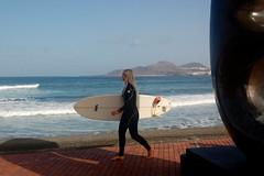A coger olas..., a Moore ni caso. (Miguelngel) Tags: surf wave playa rubia deporte olas canteras lascanteras miguelaadam
