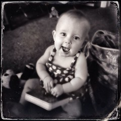 Opal and the book (La Chachalaca Fotografía) Tags: monochrome smile word book eyes child learning opal iphone printedword iphoneography hipstamatic