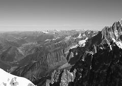 Descente de l'arête de l'Aiguille du Midi - Massif du Mont-Blanc (E*M) Tags: montagne mountain paysage landscape cordée alpinisme mountaineering climbing alpiniste chamonix noiretblanc blackandwhite monochrome alpes alps montblanc aiguilledumidi aiguillesdechamonix glacier arête ridge