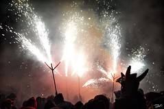 Correfoc 034 (Pau Pumarola) Tags: correfoc foc fuego feu fire feuer guspira chispa étincelle spark funke festa fiesta fête fest diable diablo devil teufel catalunya cataluña catalogne catalonia katalonien girona diablesdelonyar