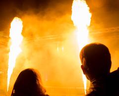 IMGP2962.jpg (Zeilenende) Tags: schattenriss rathausplatz feuer stuttgart köpfe licht kã¶pfe