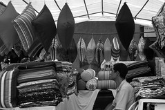 Vendedor de conforto (renanluna) Tags: homem man conforto comfort almofadas pillows monocromia monochromatic pretoebranco blackandwhite pb bw sopaulo 011 sp br 55 fuji fujifilm fujifilmfinepixx100 x100 renanluna