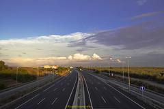 Atardecer en la autovía  -  Sunset in a highway (ricardocarmonafdez) Tags: sevilla aljarafe paisaje cielo sky nubes clouds azul blue atardecer sunset luz light sol sun color autovia highway canon ricardocarmonafdez 60d ricardojcf