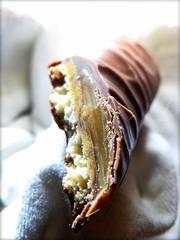 caramel.choc.crunch IV (C.Kalk DigitaLPhotoS) Tags: chocolate schokolade keks biscuit caramel ss sss sweet crosssection querschnitt snack treat makro macro closeup texture kalk ckalk christopherkalk ckalkdigital