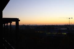 Bürosonnenuntergang mit Zugspitze und Baustelle (raumoberbayern) Tags: sunset alps munich alpen münchen robbbilder sonnenuntergang kran baustelle constructionarea zugspitze