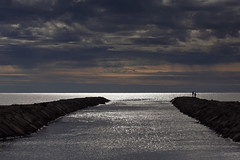 Sur les phalanges du monde (Emmanuelle2Aime2Ailes) Tags: ppp petithomme mer ciel silhouettes pêcheurs