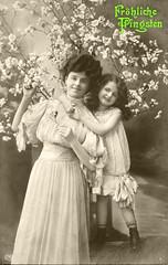 Grußkarte von 1910 Fröhliche Pfingsten (zimmermann8821) Tags: atelierfotografie damenmode deutscheskaiserreich frisur gartenpark kind kleid mannequin mode person pfingsten postkarte vorführdame