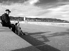 Relax (no sabemos cmo llamarnos) Tags: streetphotography photoderue fotourbana perro persona dog chien people man homme blancoynegro blackandwhite noiretblanc monochrome monocromtico descanso relax desconocido candid stranger