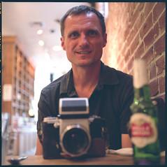 nigel cafe (John Piazza) Tags: california portrait pier friend fuji photographer meetup santamonica strangers bean stellaartois nigel rolleicord 400h johnpiazza jun2013