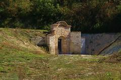 ingresso nella terra - Caudino Arcevia (walterino1962 / sempre nomadi) Tags: alberi ombre erba luci mura riflessi ancona portone ostra vegetazione cannella arbusti campoincolto
