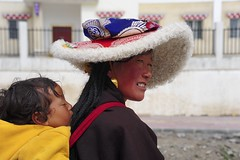 Mother and Child, Tibet 2013 (reurinkjan) Tags: portrait potraiture 2013 dzachuka བོད་ལྗོངས། ©janreurink tibetanplateauབོད་མཐོ་སྒང་bötogang tibetབོད sershulསེར་ཤུལ།county hatཞྭ་མོ་zhwamo hatoflambskinཚ་ཞྭ།tshazhwa childསྤུ་གུ་spugu womanསྐྱེས་དམན་kyemen བུད་མེདbümé beautifulwomanབུད་མེད་མཆོགbümemchok prettywomanབུད་མེད་མཆོར་མོbüméchormo faceགདོང་པ་dongpa གདོང༌dong གདོང་ཁdongkha facecolorགདོང་མདོགdongdok ladyfemalewomanམོmo མོ་སྐྱེསmokyé femalesམོ་རྣམསmonam softfelthatwithabroadbrimtrimmedwithlonghairyfurཞྭ་མོ་འབོག་ཐོzhamobokto khamཁམས།easterntibet ༢༠༡༣ khamཁམས་བོད khamsbodkhamwö jumangའཇུ་མང་། furhatཔགས་ཞྭpakzha hatmadeofsheepsཚར་ཞྭtsarzha