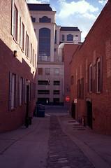 Old Town Alley, Sacramento, CA (easy.beta) Tags: 100asa 2016 35mm c41 carlzeiss colornegative kodakektar leicam6 zm analog film rangefinder