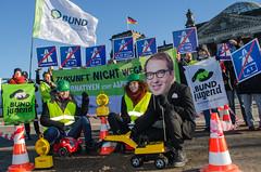 Spielzeugauto-Aktion gegen Bundesverkehrswegeplan (BUNDjugend Berlin) Tags: spielzeugauto bundjugend berlin aktion protest demo demonstration dobrindt verkehr verkehrswegeplan mobilitt auto autos autobahn politik