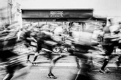 La brasserie des dames... (Galle De Muynck-Photographie) Tags: speed blackandwhite blackandwhitephoto monochrome run course sport running marathon people france la rochelle canon canonphotography canon60d street