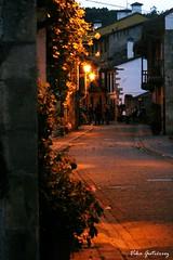 La luz de la calle (Vika Scrivener) Tags: luz farola calle empedrado camino pueblo piedras casas