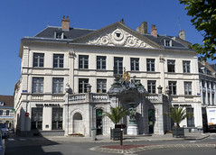 St-Omer, place Victor Hugo, ancien palais piscopal (Ytierny) Tags: sculpture france statue horizontal architecture place pierre maison fontaine btiment faade victorhugo edifice fronton classique pasdecalais demeure stomer audomarois palaispiscopal ytierny