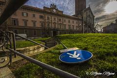 PIACENZA - una Piazza al palo... (massimo mazzoni 78) Tags: sky perspective cielo piazza duomo palo grandangolo piacenza prospettiva