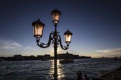 VENEZIA. ABBAGLIATO DAL SOLE POMERIDIANO. (FRANCO600D) Tags: canon italia tramonto sigma laguna venezia controluce canale lampione veneto isoladellagiudecca eos600d franco600d