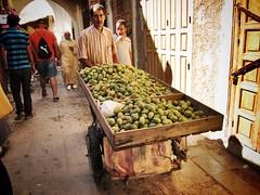 Tunos (yanitzatorres) Tags: tunos frutas mercado fez fes marruecos marroqu hombre trabajo oficio morocco higo pico chungos