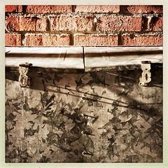 galvanised bin (francois f swanepoel) Tags: galvanisering galvanise textures tekstuur baksteen brick shadow skadulyne shadowlines