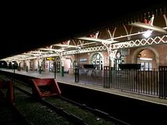 Gorsaf y Rheilffordd, Aberystwyth (Rhisiart Hincks) Tags: gorsaf geltoki tihenthouarn tigar gare estacion station stisean rheilffordd henthouarn hynshorn trenbide burdinbide chemindefer railway rathadiarainn eisenbahn ferrocarril ferrovia iarnrd geleinkelis   caleferat aberystwyth ceredigion ewrop europe europa kembra wales cymru achuimrigh kembre gales galles anbhreatainbheag   wallis uels kimrio valbretland   gallas walia   uells  velsa velsas      oidhche noz nos nuit night gau noche