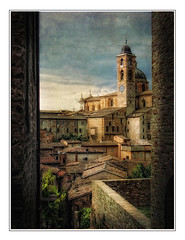 Tra i vicoli di Urbino.. (Raul-64) Tags: marche italia italy urbino paesaggio landscape