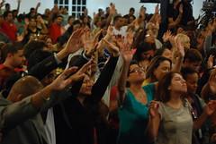 Servicio - 10/16/13 (Rudy Gracia) Tags: people music church de hands worship florida god miami south jesus crowd iglesia rudy christian spanish vida hollywood fl pastor praise gracia preaching cristiana segadores ruddy predica