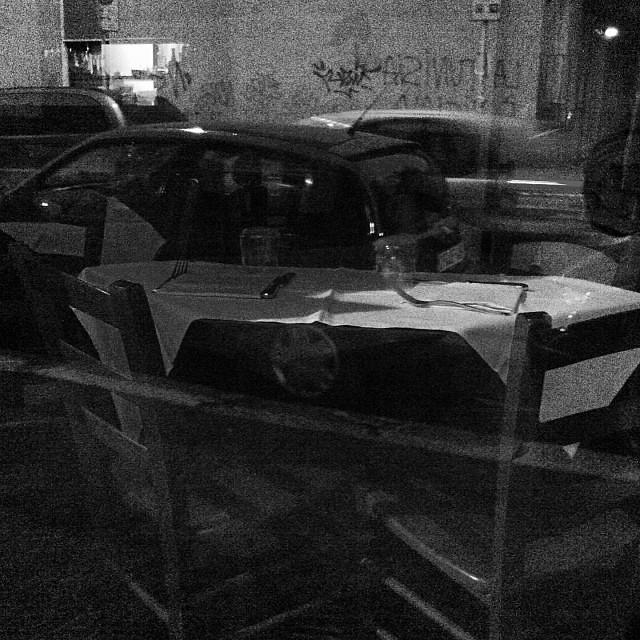 Tavola parcheggiata. Auto apparecchiata.