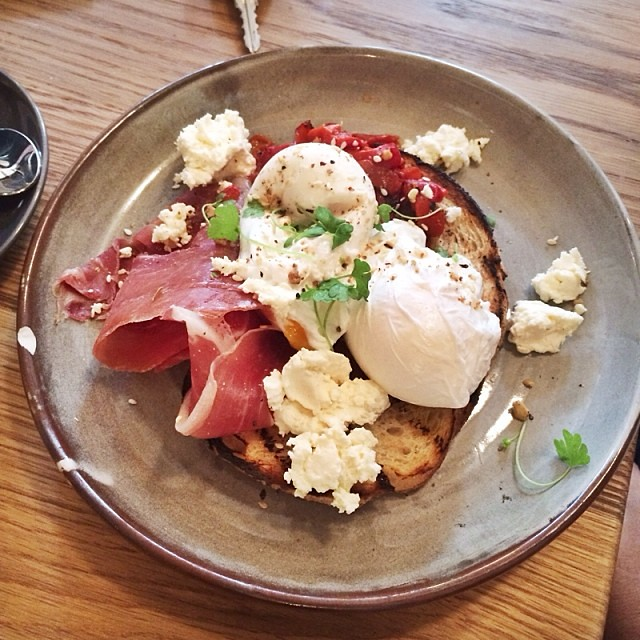 2 perfectly poached eggs with bruschetta on toast @threewilliamscafe #latergram #breakfast #jeroxieeats #eggporn #holiday