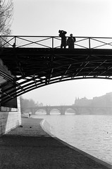 Paris quai de seine pont des arts jan 1992 (patrickdeby) Tags: pontneuf pontdesarts seine paris touristes paves hiver brume